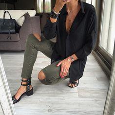 Pant verde con sandalias y camisa negra