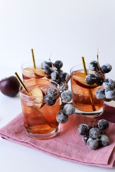 Sugarplum Fairy Punch // 5 Winter Iced Teas & Punches // Make some tea and cool down your favorite fall and winter flavors by serving them over ice! Sangria Recipes, Tea Recipes, Cocktail Recipes, Brunch Recipes, Breakfast Recipes, Refreshing Drinks, Yummy Drinks, Winter Tea Party, Colorful Cocktails