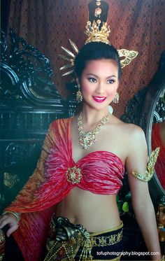 Thiland Traditional Clothing | studio photo of a thai woman seen at the central kad suan kaew ...