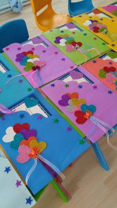Resultado de imagem para maternelle après avoir peint le fond bleu, les enfants ont collé les carrés et les rectangles pour former les maisons avant de coller les lettres de bonne année