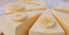 Vă prezentăm rețeta unui cheesecake deosebit de fin și delicios. În comparație cu un cheesecake tradițională, acesta se prepară dintr-o cantitate minimă de ingrediente, într-un timp record. Obțineți o prăjitură de casă deosebit de moale, fină și aerată, ce se topește în gură. La fel, este un desert foarte economic, deoarece veți folosi brânza de vaci și nu brânza mascarpone. INGREDIENTE -200 g brânză de vaci degresată -1 ou -5 banane -4 linguri de zahăr -2 linguri de făină… Russian Desserts, Russian Recipes, Snack Recipes, Dessert Recipes, My Recipes, Drink Recipe Book, Banana Cheesecake, Homemade Sweets, Good Food