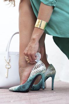 http://www.theguestgirl.com/2015/07/mujeres-imparables-compeed/  #fashion #turquoise #shoes #rebecasanver #rebeca #sanver #piton #stilettos #newin #style #blue #green #aguamarina #gold #schade #pomikaki #bag