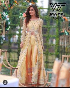Chote mote funktion me Shadi Dresses, Pakistani Formal Dresses, Unique Dresses, Stylish Dresses, Fashion Dresses, Sleeves Designs For Dresses, Dress Neck Designs, Dress Indian Style, Indian Dresses