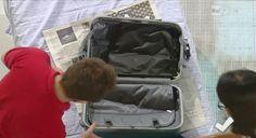 Vedi album Vacanze in casa: come rifare il letto e preparare la valigia Riponete i panni sporchi in una sacca di cotone che dovrete ricordare di portare alla partenza. Se non la possedete utilizzate un sacco di plastica oppure uno dei sacchetti appositi per lavanderia che si trovano in ogni camera d'albergo Per prima cosa adagiate sul fondo le scarpe chiuse all'interno dell'apposito sacchetto oppure, se ne siete sprovvisti, avvolgetele nella cuffia della doccia Arrotolate le maglie e le…
