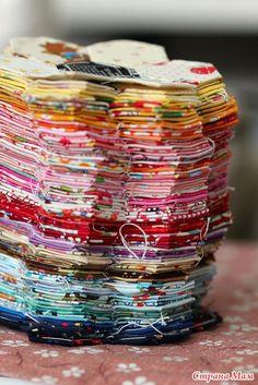 """Сегодня хочу рассказать вам о Пэчворке на бумажном шаблоне, судя по тому, что этот метод называется """"English Paper Piecing"""", он зародился в Англии и успешно дожил до наших дней."""