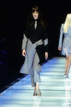 Alexander McQueen Spring 1998 Ready-to-Wear Fashion Show - Erin O'Connor Alexander Mcqueen Couture, Alexander Mcqueen Savage Beauty, Runway Fashion, Fashion Show, Fashion Outfits, High Fashion, Fashion Ideas, Women's Fashion, Winter Outfits