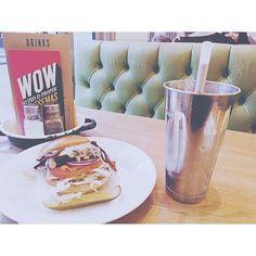 最近ロンドンではハンバーガーが大流行りしているらしくそこらじゅうにお店がアメリカンだけど確かに美味しいwithミルクシェイクこれ食べたら暫く食事いらないかんじw カフェも増えてて驚きですよ #byronburger #food #milkshake #まる旅2016winter #traveling #UK #London