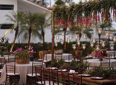 Mesa para família. No fundo da foto lindas palmeiras compondo o ambiente.#Casamentonapraia #Casamento #Ecodecor #ecowedding