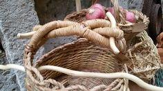 Cesteria sperimentale...cesto con bottoni e manico di legno... le arti delle mani