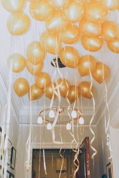 Metallics and balloons, two of our favorite wedding trends together at last! We show you our favorite ways to incorporate gold balloons into your big day. Diy Ballon, Great Gatsby Wedding, Wedding Decor, Drinks Wedding, Party Wedding, Gold Wedding, Wedding Centerpieces, Wedding Flowers, Engagement Celebration