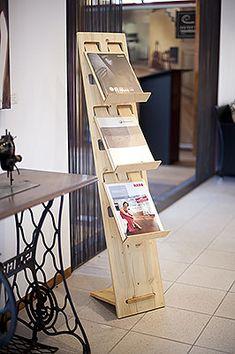 Prospektständer 3-fach DIN A4 hoch aus Holz Trade Show Booth Design, Display Design, Craft Fair Displays, Library Displays, Plywood Furniture, Furniture Design, Vitrine Design, Best Office, Carton Design