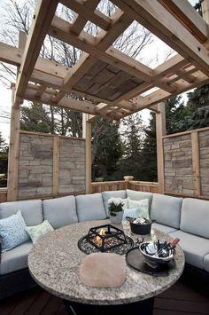 Holz Pergola und Naturstein Elemente zum Sichtschutz