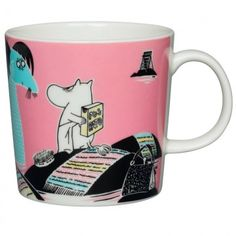This product includes pink and blue Håll Sverige Rent Moomin mugs. The pink Håll Sverige Rent Moomin mug, Keep Waters Clean, and the blue mug Our coast, are ex