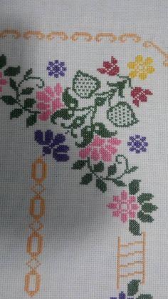 Cross Stitch Borders, Cross Stitch Art, Embroidery Stitches, Embroidery Designs, Diy Crafts Hacks, Easy Cross Stitch, Cross Stitch Love, Cross Stitch Rose, Cat Cross Stitches