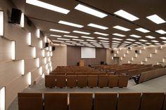 Iluminação Decorativa e Indireta - TJAD New Office Building - Xangai, China - A luz indireta cria movimento e ritmo nos painéis do auditório, além é claro, de auxiliar na iluminação do espaço. - Mais imagens: http://www.archdaily.com/367594/tjad-new-office-building-tjad/5182969bb3fc4bdec8000083_-tjad-new-office-building-tjad_045_0380-jpg/