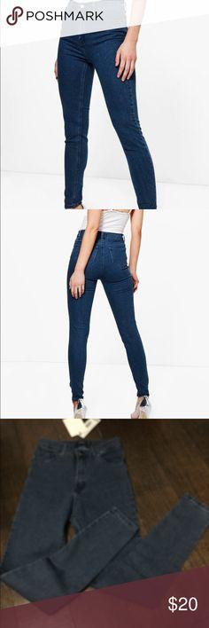 Petite TashaHigh Rise 5 pocket skinny Jeans 70% algodon, 28% polyester, 2% elastane . Waist is 13 inches.  Mid- rise is 101.2 inches. Inseam is 28 inches. Mid- blue . Boohoo Petite Jeans Skinny