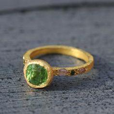 Bague sentiment en or jaune et pierre tsavorite vert vif par Esther Assouline pour l'Atelier des Bijoux Créateurs.