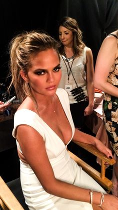 Backstage at the Billboard Music Awards with Chrissy Teigen and her makeup artist Sir John in Las Vegas. Chrissy Teigen Style, Chrissy Teigen John Legend, Chrissy Teigen Hair, Christy Teigen, Grunge Hair, Woman Crush, Pretty Face, Girl Crushes, Supermodels