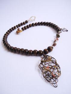 Collar crochet con cierre Açacú, elaborado con distintas piedras y cristales.