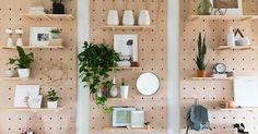 Tablero DIY con estanterías para organizar la entrada, ¡tienes que hacerlo!