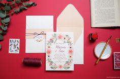 Convite de Casamento moderno bilíngue com guirlanda florida. Impressão digital, 16x22cm, papel Markatto Concetto Naturale 250g, tag redonda, cinta 1 cor