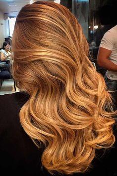 lange lockige haare in caramelblond mit blonden strähnen, trendige haarfarben