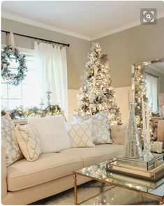 Trendy and Cozy White Holiday Decorating Ideas # Christmas # Holidays # Christmas … - Christmas Deco Christmas Living Rooms, Living Room Holiday Decor, Livingroom Christmas Decor, Coffee Table Christmas Decor, Interior Livingroom, Merry And Bright, My New Room, Xmas Decorations, Apartment Christmas Decorations