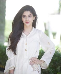 Leave all the fights i love uu u are my everything baby love u my world chal abb tu bhi love u bol Prettiest Actresses, Beautiful Actresses, Cute Girl Poses, Cute Girls, Let There Be Love, Pakistani Actress, Hollywood Fashion, Celebs, Celebrities
