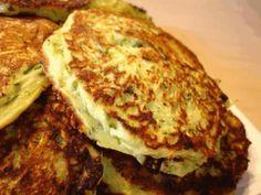 Ein einfaches, geschmackvolles und rasches Rezept für herbstliche Tage! Rosmarin und Topinambur Blinis mit geschmolzenem Brie und getoasteten Walnüssen Zutaten für eine Person: 100g Mehl 1 Teelöffe...