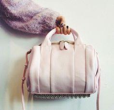 春の新生活で働く女性が欲しいものとして人気の通勤バッグ。仕事のモチベーションを上げるためにも、新しいバッグが欲しくなる気持ちわかりますよね。そんな通勤バッグを目的別に紹介します。