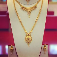 Full Bridal set with Ruby gem stones. Long Patta set, Necklace, Earrings and Tikka. Complete set for the big day. Rathy Jewellers New… Gold Chain Design, Gold Bangles Design, Gold Jewellery Design, Gold Necklace Simple, Gold Jewelry Simple, Gold Necklaces, Necklace Set, Diamond Necklaces, Silver Jewelry