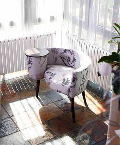 La Caracola. Se ha convertido ya en un clásico del mueble tapizado. Puede ir con o sin tapa de madera.