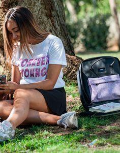 mochila-negra-bolsillo-lila-3 Color Negra, Back To School, Shopping, Black Backpack, School Backpacks, Pockets, Lilac, Black, Entering School