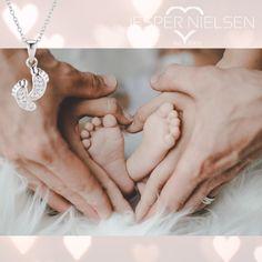 😍Mit dieser Kette nimmt die Mama jeden Schritt und Tritt ihres kleinen Herzens überall mit. 😍 Für mehr Informationen besucht mich auf meiner Seite. Earrings, Jewelry, Fashion, Neck Chain, Ear Rings, Moda, Stud Earrings, Jewlery, Jewerly