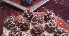 Εξαιρετική συνταγή για Σοκολατένια κουκουνάρια. Πρόσφατα είδα στο internet το συγκεκριμένο γλυκάκι και είπα να το μοιραστώ μαζί σας. Εύκολο και χειμωνιάτικο και πολύ μα πολύ εντυπωσιακό!!!!Σερβίρεται με λικεράκι και όλοι εντυπωσιάζονται όταν τα βλέπουν! Λίγα μυστικά ακόμα Τοποθετούμε τις κουκουνάρες στο ψυγείο. Διατηρούνται αρκετές ημέρες. Οταν τις σερβίρουμε τότε τις πασπαλίζουμε με άχνη και είναι σαν χιονισμένες. Απο το ποσο μεγαλο θα κάνουμε το αρχικό μας αχλαδάκι, εξαρτάται και το…
