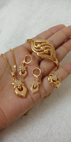 Ali baba Selani Gold and diamond splyer Dubai. New Gold Bracelet And Ring Set Designs. Diamond Jewelry, Gold Jewelry, Jewelery, Diamond Pendant, Pearl Necklace Designs, Gold Pearl Necklace, Hand Bracelet, Bridal Bracelet, Gold Plated Bracelets