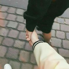 Image about love in Ulzzang Couples 💕 by HoneyPyuh Couple Hands, Gay Couple, Story Instagram, Instagram Life, Relationship Goals Pictures, Cute Relationships, Couple Wallpaper Relationships, Couple Aesthetic, Aesthetic Photo