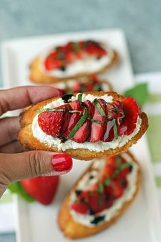 This Strawberry Balsamic Bruschetta with fresh basil and goat cheese is a perfect 5 ingredient appetizer or snack. Just 68 calories or 2 Weight Watchers SmartPoints per piece! Snacks Für Party, Appetizers For Party, Appetizer Recipes, Easy Summer Appetizers, Vegetarian Appetizers, Cheese Appetizers, Clean Eating Snacks, Healthy Snacks, Healthy Recipes
