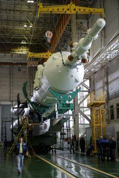 El cohete Soyuz y la nave espacial Soyuz TMA - 16M, montados en el edificio 112 en el Cosmódromo de Baikonur.