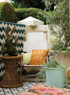 Actress Lake Bell made the most of her small backyard garden patio at her home in West Hollywood, California by layering on the prints, from her zig-zag painted wall to boho tiles and piled on patterned pillows. Lake Bell, Outdoor Rooms, Outdoor Living, Outdoor Furniture Sets, Outdoor Decor, Outdoor Patios, Funky Furniture, Outdoor Areas, Outdoor Life