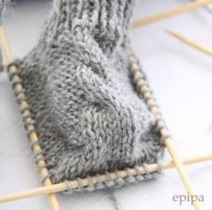 Knitting Pattern Baby Booties- Strickanleitung Baby Booties Source: Rest of wool or cotton Needle play, needle size Sizes: Newborn months / 3 – 6 months. Abbreviations: M = mesh re = right stitch left = left stitch … - Baby Booties Knitting Pattern, Crochet Baby Booties, Baby Knitting Patterns, Knitting Socks, Baby Patterns, Knitted Baby Blankets, Baby Girl Blankets, Knitted Hats, Knitted Baby Socks