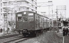 パンタグラフが後ろにある独特のスタイルとなった偶数車クモハ73612。種車は1955年製のモハ72627。南武線、武蔵小杉駅にて。1977年1月