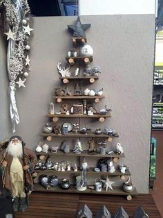 rustic christmas tree 22 Most Simple and Beautiful Reclaimed Wood Christmas Decorations Alternative Christmas Tree, Christmas Tree Design, Wooden Christmas Trees, Beautiful Christmas Trees, Noel Christmas, Christmas Decorations, Christmas Ornaments, Christmas Displays, Homemade Decorations