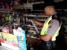 Jelang Ramadhan Polisi Patroli Di Pertokoan Sekaligus Cek Tanggal Kedaluarsa Makanan