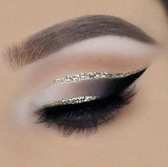 make up guide gold cut crease // black smokey eye make up glitter;make up brushes guide;make up samples; Eye Makeup Tips, Smokey Eye Makeup, Makeup Goals, Skin Makeup, Makeup Inspo, Makeup Inspiration, Makeup Ideas, Makeup Eyeshadow, Makeup Brushes