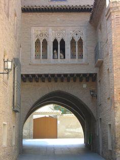 Arco del Dean en la parte trasera de la Catedral de La Seo en Zaragoza.