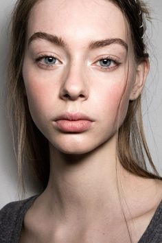 Whether you're embracing the no-makeup makeup look or trying to push boundaries with gothic flair, these fall looks are a great way to mix up your current makeup routine.1. Fresh Face               Im