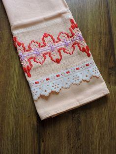 Bordado em FITA, feito a mão pela artesã Cristina Panontin  Bordado em fita vermelha, rosa e lilás  Pano na cor salmão da marca Estilotex (ótima qualidade)  Tipo de tecido: 100% algodão  Dimensão da toalha: 47 x 72cm  Marcas de dobras indicam a goma do tecido novo.