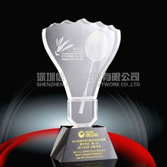 Image issue du site Web http://i00.i.aliimg.com/photo/v1/690376068/Crystal_Badminton_trophy_awards.jpg