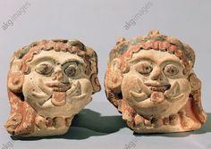 FEUX TÊTES DE GORGONE / ART ÉTRUSQUE. Mythologie / Gorgone. Art étrusque, 6e/5e s. av. J.–C. Deux têtes de Gorgone. Terre cuite, peinte. Tête A : 12,7 × 11,9 × 5 cm. Tête B : 11 × 11,5 × 5,3 cm. Provenance : Caere (Cerveteri).